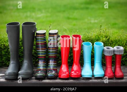 Fünf Paar bunte Regenstiefel - Stockfoto