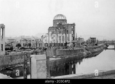 [ 1945 Japan - Atombombenabwurf auf Hiroshima ] - Archivfoto der US-Militärs von den Nachwirkungen der Atombombenabwürfe auf Hiroshima, ca. 1945 (Showa 20). Dieses Gebäude ist heute als Atombombendom bekannt. Die Atomexplosion vom 6. August 1945 (Showa 20), die Hiroshima verwüstete, fand fast direkt über dem Gebäude Platz. Heute ist es ein wichtiges Friedensdenkmal in Hiroshima und wurde im Dezember 1996 auf die UNESCO-Welterbeliste aufgenommen (Heisei 8). Warnung: Klar, aber etwas unscharf. Silberdruck mit Vintage-Gelatine aus dem 20. Jahrhundert. - Stockfoto