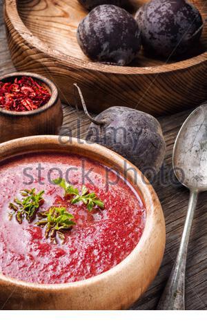 Kalten Sommer rote Rüben Suppe auf Holztisch. Vegetarische Kost - Stockfoto