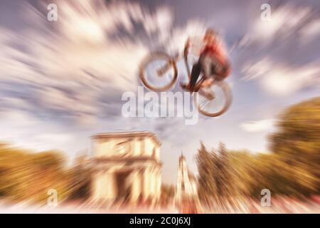 Abstrakter Hintergrund . Junge auf einem BMX Mountainbike springen. Bewegungsunschärfe-Foto. Wettbewerb in Kishinev, Moldawien zentralen Platz. - Stockfoto
