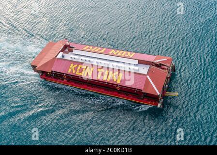 Charlotte Amalie, St.Thomas, USVI - 1. Mai 2019: Ansicht des Kon Tiki II Partyboots (Hafen & Ausflugsboote / Restaurantschiff) im Hafen von CH - Stockfoto