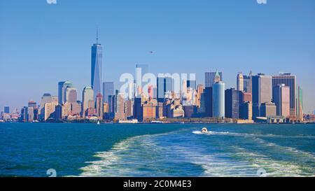 New York, New York State, Vereinigte Staaten von Amerika. Manhattan von New York Bay gesehen. Das hohe Gebäude ist das One World Trade Center, auch bekannt als 1 W - Stockfoto