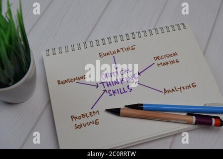 Kritische Denkfähigkeiten schreiben auf einem Buch mit Schlüsselwörtern isoliert Holztisch. - Stockfoto