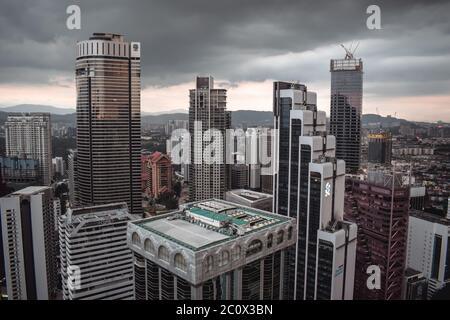 Kuala Lumpur Skyline Blick auf super hohe Wolkenkratzer vor Sturm in Malaysia - Stockfoto