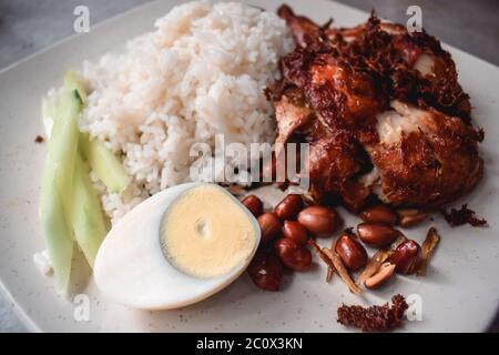 Würzige malaysische Küche mit Huhn, Reis, Ei und Erdnüssen