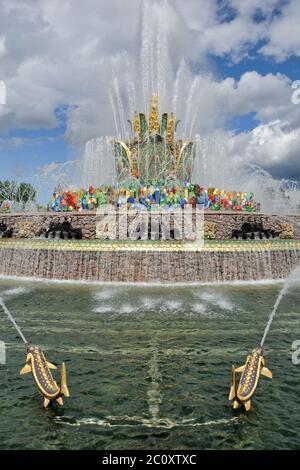 Blumenbrunnen und vergoldete Fische in VDNKh, Moskau - Stockfoto