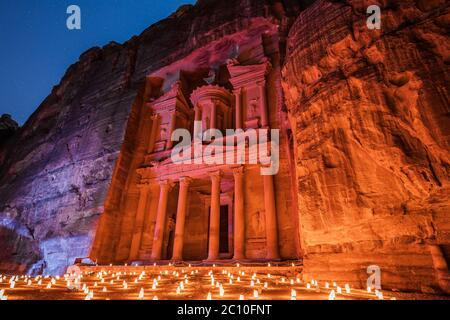 Petra, Jordanien. Al-Khazneh (Schatzkammer) in Petra bei Kerzenschein. Stockfoto