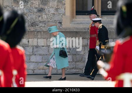 Königin Elizabeth II. Bei einer Zeremonie im Windsor Castle in Berkshire anlässlich ihres offiziellen Geburtstages.