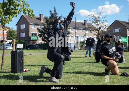 Slough, Großbritannien. Juni 2020. 13 Die Menschen vor Ort knien während eines friedlichen Protestes in Solidarität mit der Bewegung Black Lives Matter im Salt Hill Park. Proteste in Solidarität mit der Bewegung Black Lives Matter fanden in den Vereinigten Staaten und in vielen Ländern der Welt statt. Kredit: Mark Kerrison/Alamy Live Nachrichten