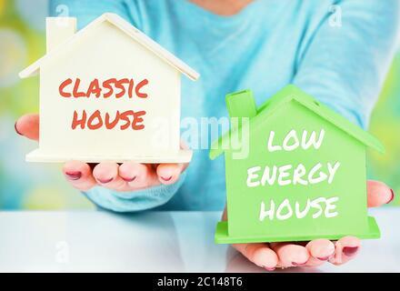 Konzept-Vergleich zwischen normalen und niedrigen Verbrauch Haus - Stockfoto