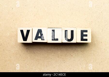 Buchstabenblock im Wortwert auf Holzhintergrund - Stockfoto