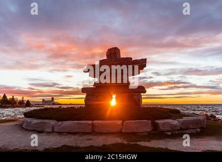 Inukshuk mit perfekt gerahmter Sonnenuntergangs im Collingwood Park