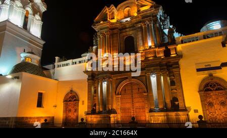 Quito, Pichincha / Ecuador - Juli 21 2018: Nachtansicht der Kirche El Sagrario mit gelben Lichtern. Es ist eine große Kapelle aus dem 17. Jahrhundert in Quito. - Stockfoto