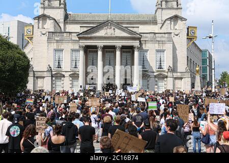 LEEDS, ENGLAND - 14. JUNI - eine große Anzahl von Menschen versammeln sich, um an der friedlichen Demonstration während der BLM-Protest auf dem Millennium Square, Leeds am Sonntag, 14. Juni 2020 teilzunehmen. (Kredit: Emily Moorby - MI News) Kredit: MI Nachrichten & Sport /Alamy Live Nachrichten