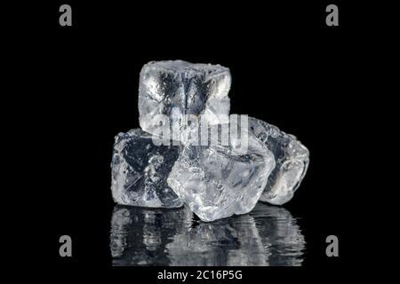 Eiswürfel quadratisch mit Tropfen Wasser sauber auf schwarzem Hintergrund - Stockfoto
