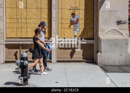 New York, Usa. Juni 2020. Einwohner und Künstler in New York drücken ihre Kunst aus und hinterlassen Botschaften von Liebe, Hoffnung und sozialer Gerechtigkeit auf Ladenschließungen, die während der Coronavirus COVID-19 Pandemie und Protesten gegen Rassismus in den Vereinigten Staaten in der ganzen Stadt verstreut sind. Kredit: Brasilien Photo Press/Alamy Live Nachrichten - Stockfoto
