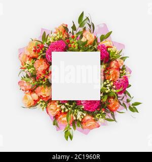 Kreatives Layout aus Blumen und Blättern mit Papierkartennummer. Flach liegend