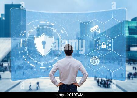 Cybersicherheit und Netzwerkschutz. Cybersecurity-Experte, der mit sicherem Zugang im Internet arbeitet. Konzept mit Symbolen auf Bildschirm und Bürogebäuden