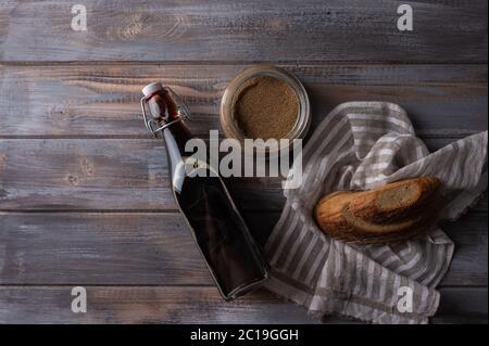Draufsicht hausgemachte tradishional russischen Kvass in Glasflasche mit Sauerteig und Brot. Wunderbar gesundes Erfrischungsgetränk für den Sommer - Stockfoto
