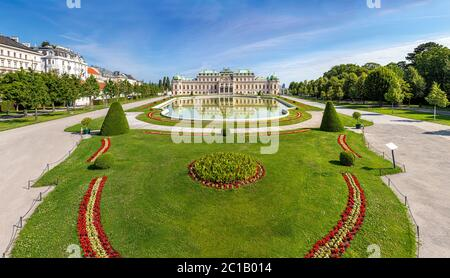 Vor dem Eingang des öffentlichen Barockparks des Belvedere Schloss Wien an einem sonnigen Tag
