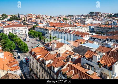 Blick auf den Rossio Square (Pedro IV Square), und das Nationaltheater, von der oberen Ebene der Elevador de Santa Justa, Lissabon, Portugal - Stockfoto