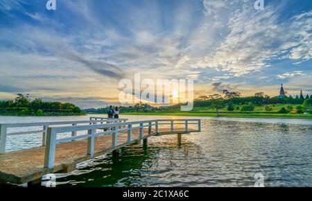 Sonnenaufgang auf der kleinen Brücke, mit Blick auf den See und die dramatischen Himmel begrüsst den neuen Tag in der touristischen Stadt von Vietnam - Stockfoto