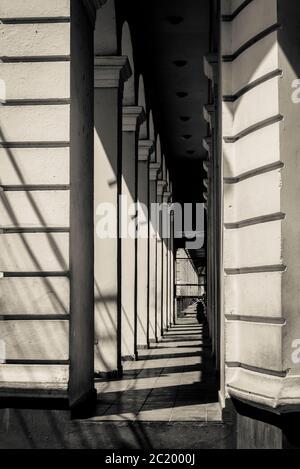 Arkade mit Schatten, Santiago de Cuba, Kuba