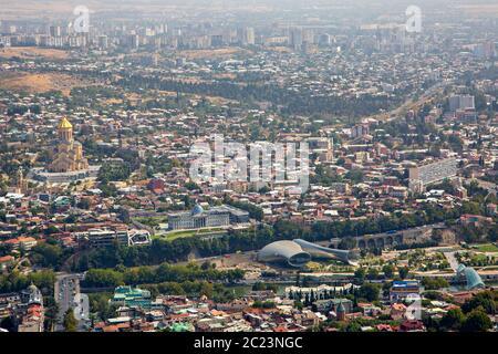 Luftaufnahme über Tiflis, Hauptstadt von Georgien. - Stockfoto