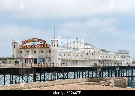 Brighton Palace Pier ist ein viktorianischer Pier, beliebtes Freizeit- und Unterhaltungsziel für Touristen.