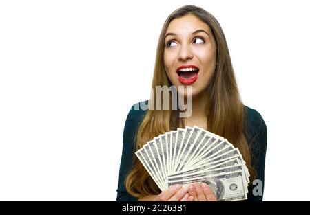 Porträt von einem aufgeregten Mädchen, dass Bündel geld Banknoten und Wegsehen bei copy Space auf weißem Hintergrund - Stockfoto