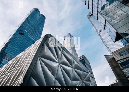 Blick auf den Wolkenkratzer der Hudson Yards in Midtown New York City