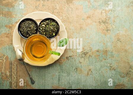 Tasse Tee mit trockenen Kaffee Sammlung von verschiedenen Arten. Gesundes Getränk Konzept