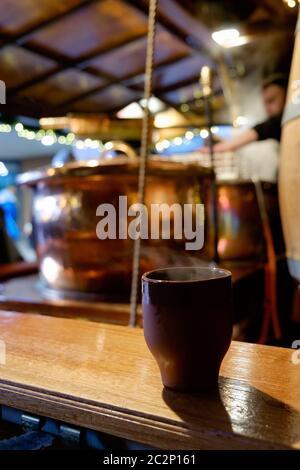 Töpfe Glühwein in einem Stall in einem Weihnachtsmarkt. - Stockfoto