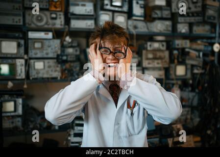 Seltsamer Wissenschaftler ist in seinem Labor verrückt geworden. Elektrische Messgeräte im Hintergrund Laborgeräte - Stockfoto
