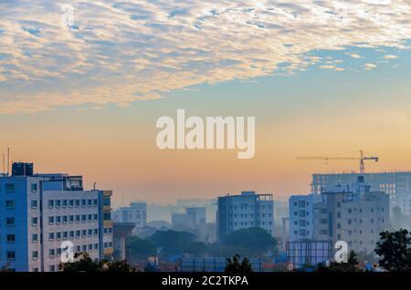 Nebliger Morgen mit Cumulus Wolken am Himmel über Hyderabad, Telangana, Indien. - Stockfoto