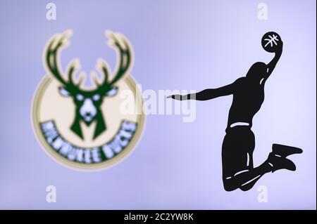 NEW YORK, USA, 18. JUNI 2020: Milwaukee Bucks Basketball-Club-Logo, Silhouette des springenden Korbspieler, Sport-Foto NBA, bearbeiten Raum. - Stockfoto