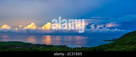 Landschaftlich schöner Blick auf die Küste bei Sonnenaufgang, Südkona, Hawaii-Inseln
