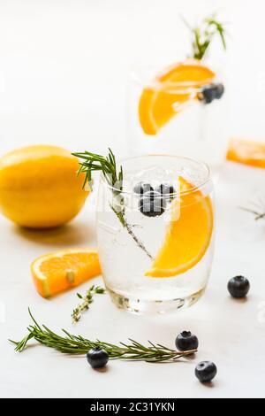 Infundiert Wasser Mischung aus Orange und Heidelbeere - Stockfoto