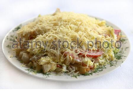 Caesar Salat mit knusprigen Cracker und Käse, Gerichte der russischen nationalen Küche, Restaurant, serviert - Stockfoto