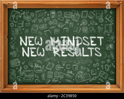 Neue Denkweise Neue Ergebnisse - Hand gezeichnet auf Kreidetafel. Neue Denkweise Neue Ergebnisse mit Doodle Icons herum. - Stockfoto