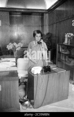 Die indische Premierministerin Indira Gandhi in ihrem Büro in Neu Delhi. - Stockfoto