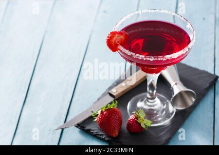 Erdbeer Cocktail Drink in Glas auf blauem Holztisch