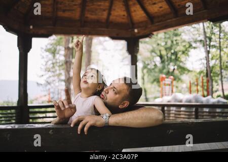 Tochter und Vater Spaß in hölzernen Pavillon - Stockfoto