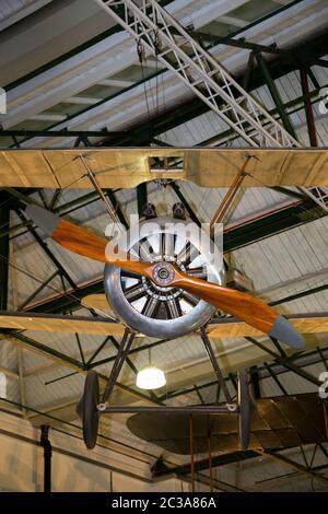Sopwith F.1 Kamelflugzeug / britisches Jagdflugzeug aus dem 1. Weltkrieg. Hangar 2 / H2 der erste Weltkrieg in der Luft. The Royal Air Force Museum, Hendon, London (117) - Stockfoto