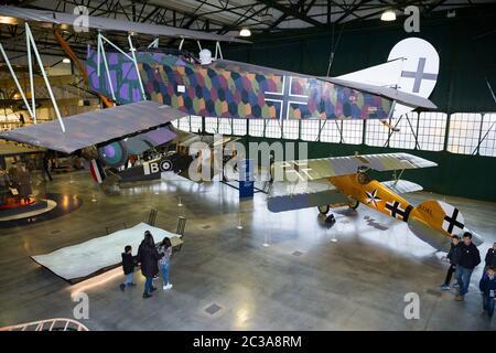 Luftaufnahme des Hangar 2 / H2 der erste Weltkrieg in der Luft mit Besuchern und Touristen, die die Displays betrachten. Flugzeug von der Decke hängt die Fokker D. VII; ein Jagdflugzeug des Ersten Weltkriegs. RAF Royal Airport Museum, Hendon London, Großbritannien. (117) - Stockfoto
