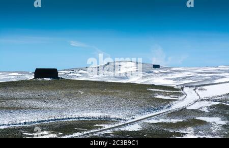 Bauernhof im Winter isoliert. Cantal. Auvergne-Rhone-Alpes. Frankreich