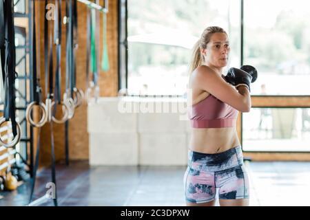Junge sportliche Frau, die sich für Boxübungen aufwärmt Stockfoto