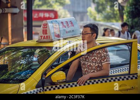 Taxifahrer wartet auf einen Passagier in Chongqing