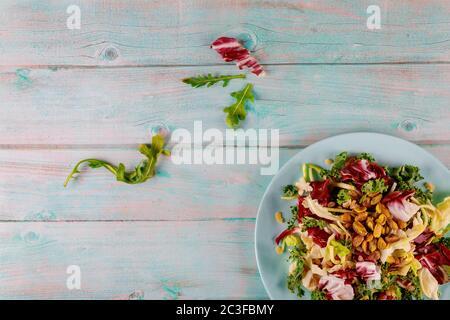 Frische Salatmischung aus Grünkohl, Rucola, Salat, Rosenkohl und Pistazien.