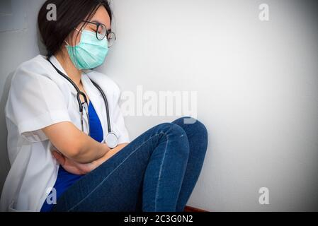 Frau Doktor schlafen vor Erschöpfung - Stockfoto